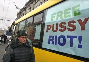 Перед очередным заседанием по делу Pussy Riot к московскому суду стягивается полиция