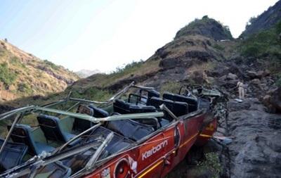 В Индии автобус упал в пропасть - десять человек погибли