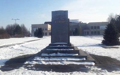 В Хмельницкой области разрушили памятник Ленину