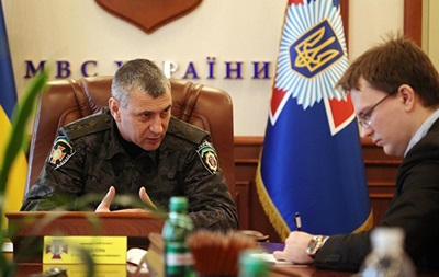 Служащих ВВ Украины не вооружают огнестрельным оружием во избежание жертв - МВД