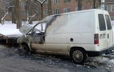 В Киеве неизвестные подожгли два автомобиля
