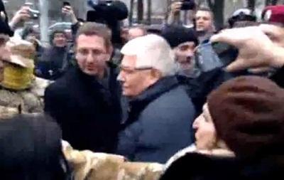Бойцы самообороны Майдана забросали Чечетова обертками от конфет