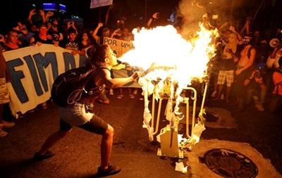 Двух протестующих в Бразилии обвинили в убийстве оператора