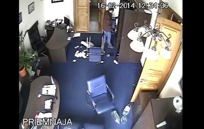 Неизвестные устроили погром в КГГА после передачи здания властям