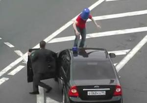 В России задержали мужчину, пробежавшего по машине с мигалкой