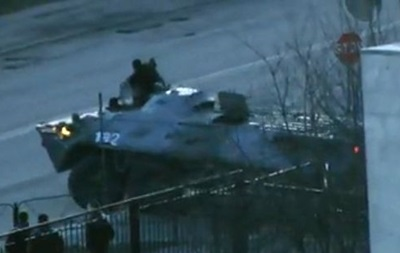 Толпа остановила бронетранспортеры на улице Киквидзе -  Правый сектор