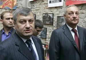 Каждый третий россиянин считает, что не стоит спешить с присоединением Абхазии и ЮО