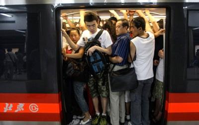 В метро Пекина будут штрафовать за еду и питье