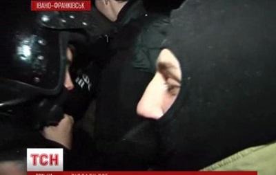 В Ивано-Франковске бойцы ВВ отдали защитное снаряжение активистам