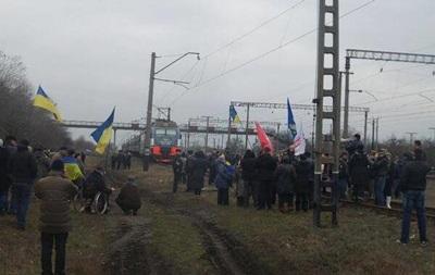 В Днепропетровской области активисты заблокировали поезд с военнослужащими, отправлявшимися в Киев