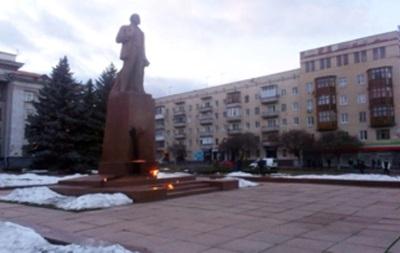Активисты Правого сектора пытаются снести памятник Ленину в Житомире