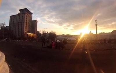 Опубликовано видео - снайпер возле Октябрьского дворца застрелил мужчину в голову