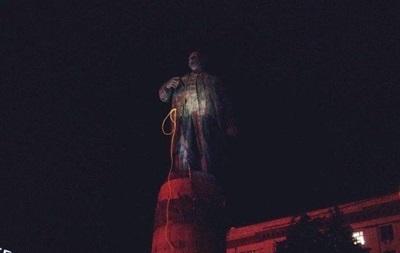Особождение от идолов режима: В Днепропетровске после многочасовых попыток удалось свалить памятник Ленину