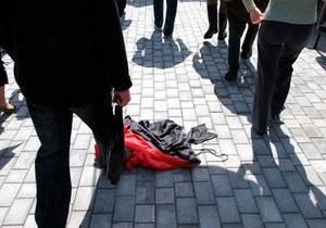 В Донецке ветераны растоптали флаг ОУН-УПА