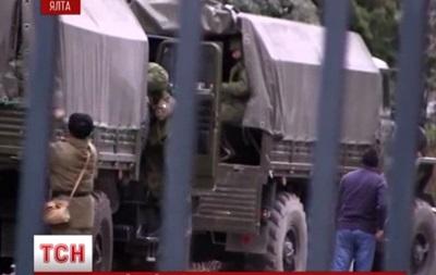 По Ялте свободно перемещаются военные грузовики с российскими номерами