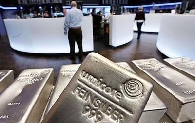 Золото дешевеет, серебро и платины дорожают