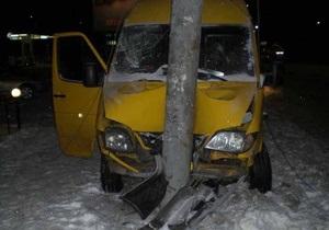 В Днепропетровске микроавтобус врезался в электроопору