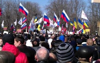 В Луганске возле здания ОГА подняли российский флаг