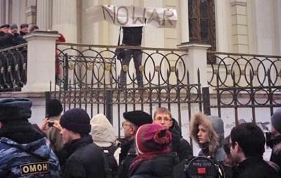 В Москве полиция начала задерживать участников митинга против вторжения России в Украину