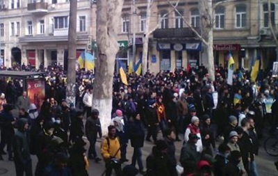 Тысячи одесситов собрались в центре города, протестуя против военного вмешательства России