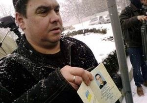 В Крыму депутат публично сжег паспорт Украины из-за присвоения Бандере звания героя