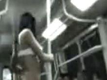 В Чили полиция задержала стриптизершу, танцевавшую в метро