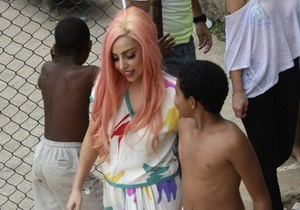 В Бразилии Lady Gaga сыграла в футбол с детьми из бедных районов