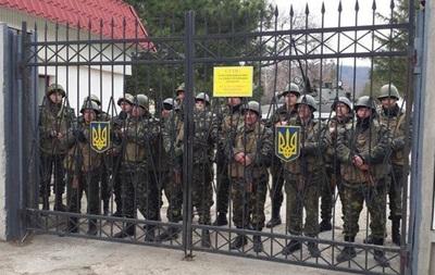 Яценюк поблагодарил военнослужащих, расположенных в Крыму, за выполнение долга