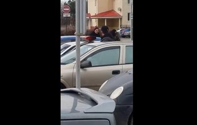Опубликовано видео, как в Симферополе неизвестные обстреляли машину киевских активистов