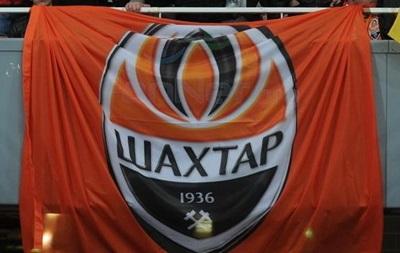 В Донецке участники пророссийских митингов порвали флаг Шахтера