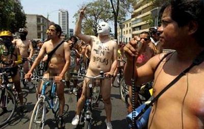 По улицам Лимы проехались 300 голых велосипедистов