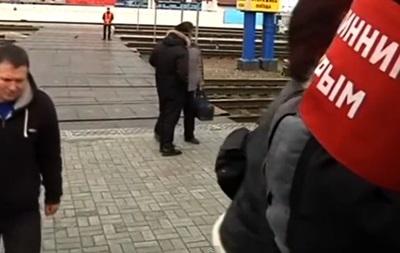 На симферопольском вокзале  дружинники  обыскивают пассажиров поездов, прибывших в Крым
