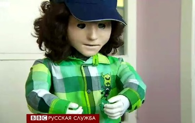 Робот Каспар помогает детям-аутистам - BBC