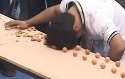 Житель Пакистана расколол головой 155 орехов за минуту