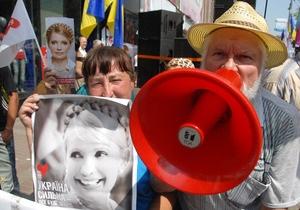 Под Печерским судом собрались сторонники и противники Тимошенко. Митингующие ведут себя мирно