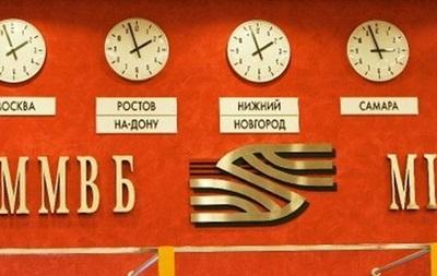 Рубль на ММВБ вырос к доллару и снизился к евро