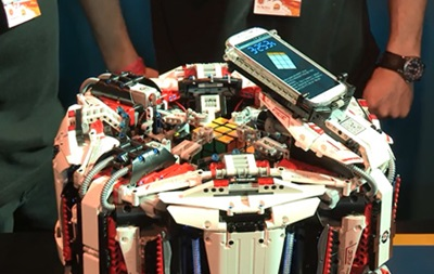 Робот из лего и смартфона собрал кубик Рубика за рекордное время