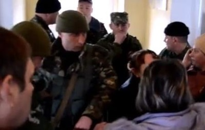 На КПП в Николаеве матери требуют вернуть их сыновей