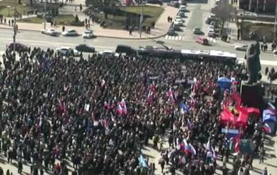 На митинг в поддержку Януковича в Донецке собралось уже две тысячи человек