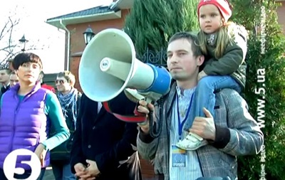 Активисты автомайдана приехали с пикетом к дому Яценюка