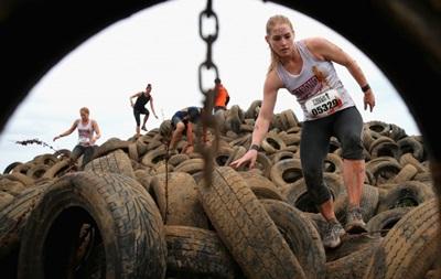 Фотогалерея. Спортивные кадры недели: Девушки на шинах, кровь и крокодил