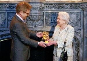 Елизавета II получила премию BAFTA за роль девушки Бонда