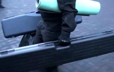 Очевидец снял видео, как из отеля Днепр выходит неизвестный с подозрительными кейсами