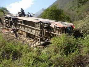 В Перу автобус с людьми упал со стометрового обрыва