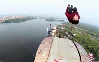 Британский экстремал сделал сальто на вершине Московского моста в Киеве