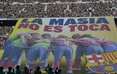 Фанаты Барселоны вывесили огромный баннер против санкций FIFA