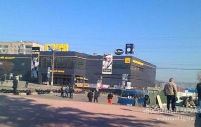 У здания СБУ в Луганске собралось порядка 400 человек