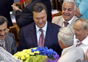 Януковича с днем рождения поздравил Лукашенко