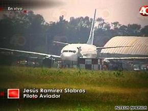 Пассажиры захваченного террористом Boeing покинули самолет