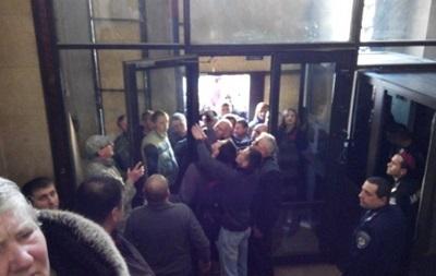 Во Львове активисты штурмовали здание облпрокуратуры
